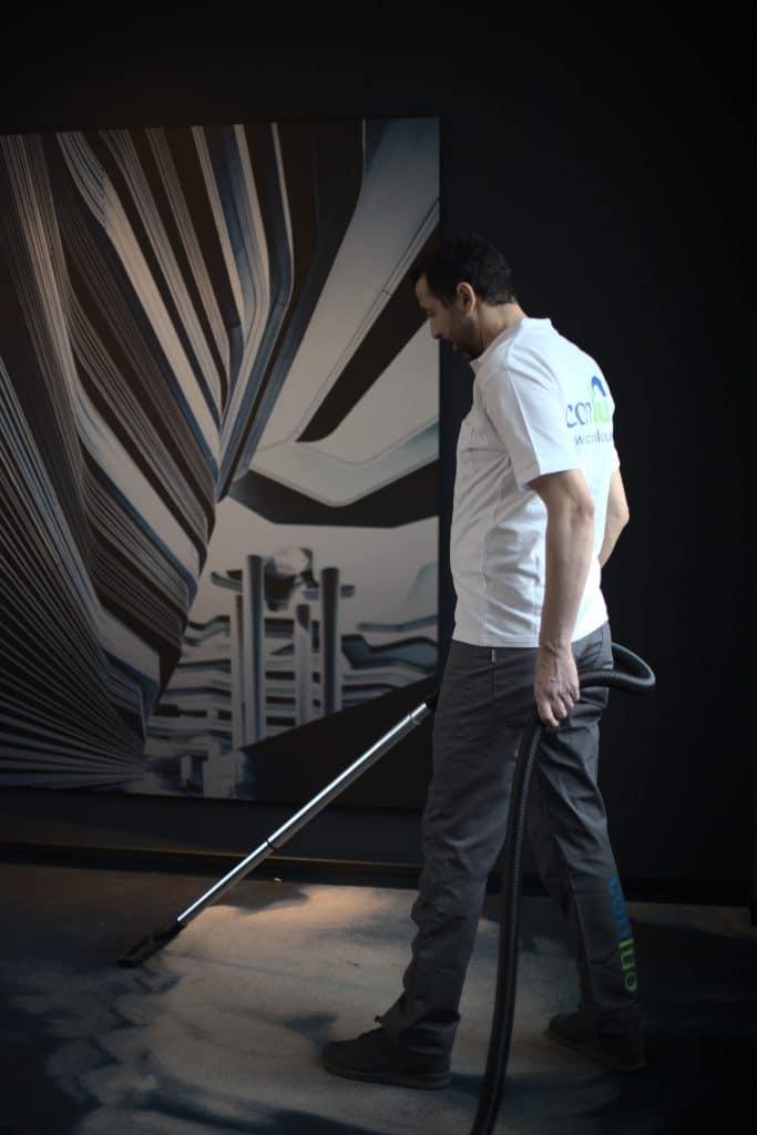 Conluo medarbeider rengjør hotellgulv