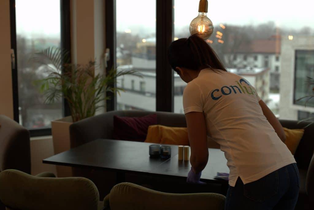 Conluo medarbeider rengjør lounge